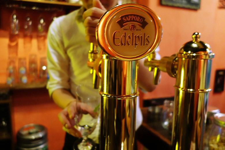 乾杯をじっと待つ喜びを!樽生の3度注ぎで「エーデルピルス」を、見て・飲んで楽しもう!