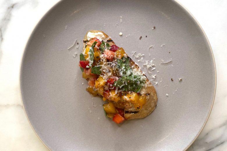 「クィア・アイ」で人気のアントニ・ポロウスキが作るイチゴのブルスケッタ